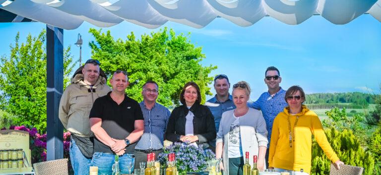 Read more about the article Szefowie kuchni Radison Blue Hotel i Europa Restaurant Cafe z wizytą w pasiece